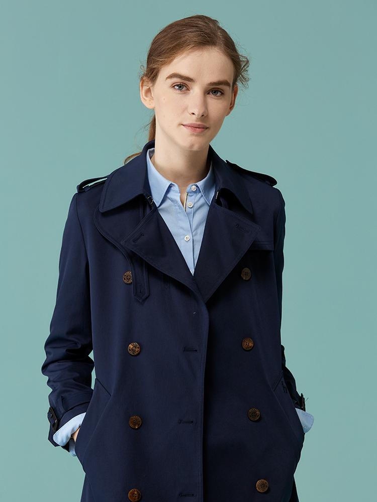 素色双排扣配丝巾通勤风衣